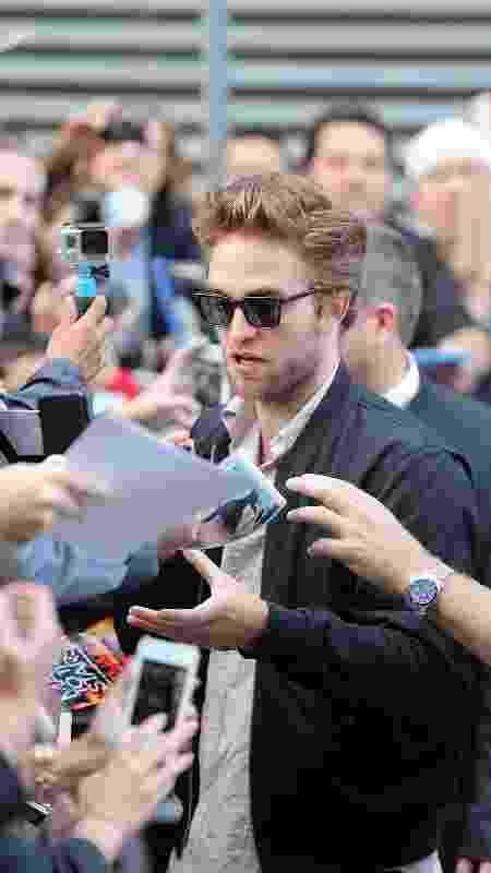 Robert Pattinson e fãs - J. Countess/GC Images - J. Countess/GC Images