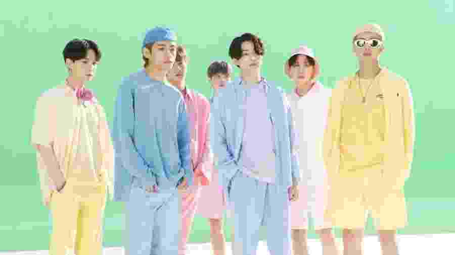 """O grupo de k-pop BTS no clipe de """"Dynamite"""", indicado na categoria Melhor Performance Pop em Duo/Grupo - Reprodução"""