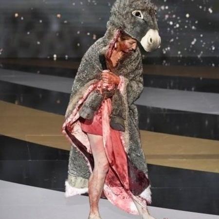 Corinne Masiero vestiu uma pele de burro e se despiu, revelando um vestido manchado de sangue no prêmio César - EPA