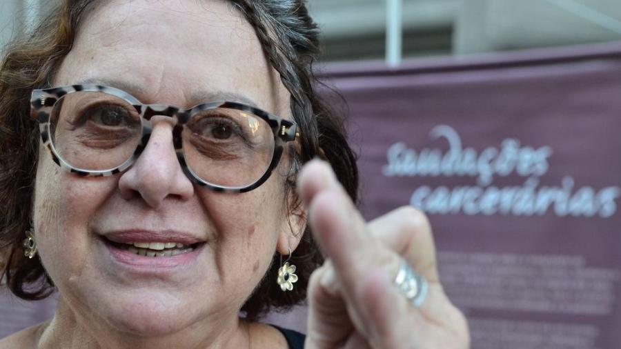 A ex-presa política Ana Bursztyn-Miranda em ato público em frente ao antigo prédio do Departamento de Ordem Política e Social (Dops) para marcar o Dia Internacional de Combate à Tortura, em 2015 - Tânia Rêgo/Agência Brasil