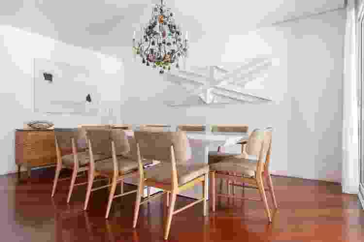 Destaques da sala de jantar: o piso em madeira, a paleta de cores neutra e o lustre arrojado - Maura Mello - Maura Mello