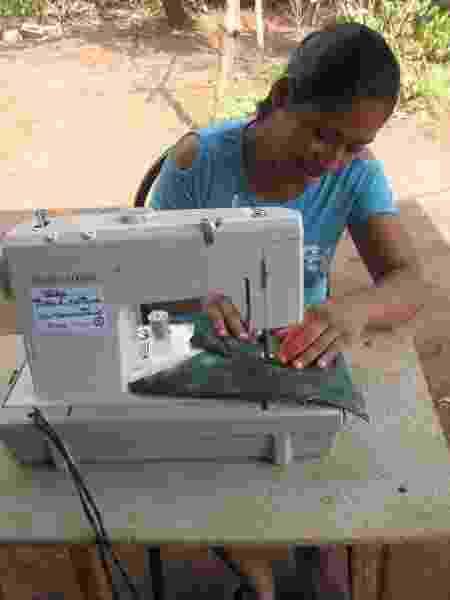 Em El Salvador, mulheres receberam máquinas de costura para ajudar no sustento das suas famílias - Divulgação - Divulgação