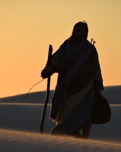"""Petrônio Gontijo, que interpreta Arão em """"Os Dez Mandamentos"""", gravou as cenas em que sai do Egito para encontrar o irmão, Moisés (Guilherme Winter). As sequências foram rodadas em Porto do Mangue, no Rio Grande do Norte"""