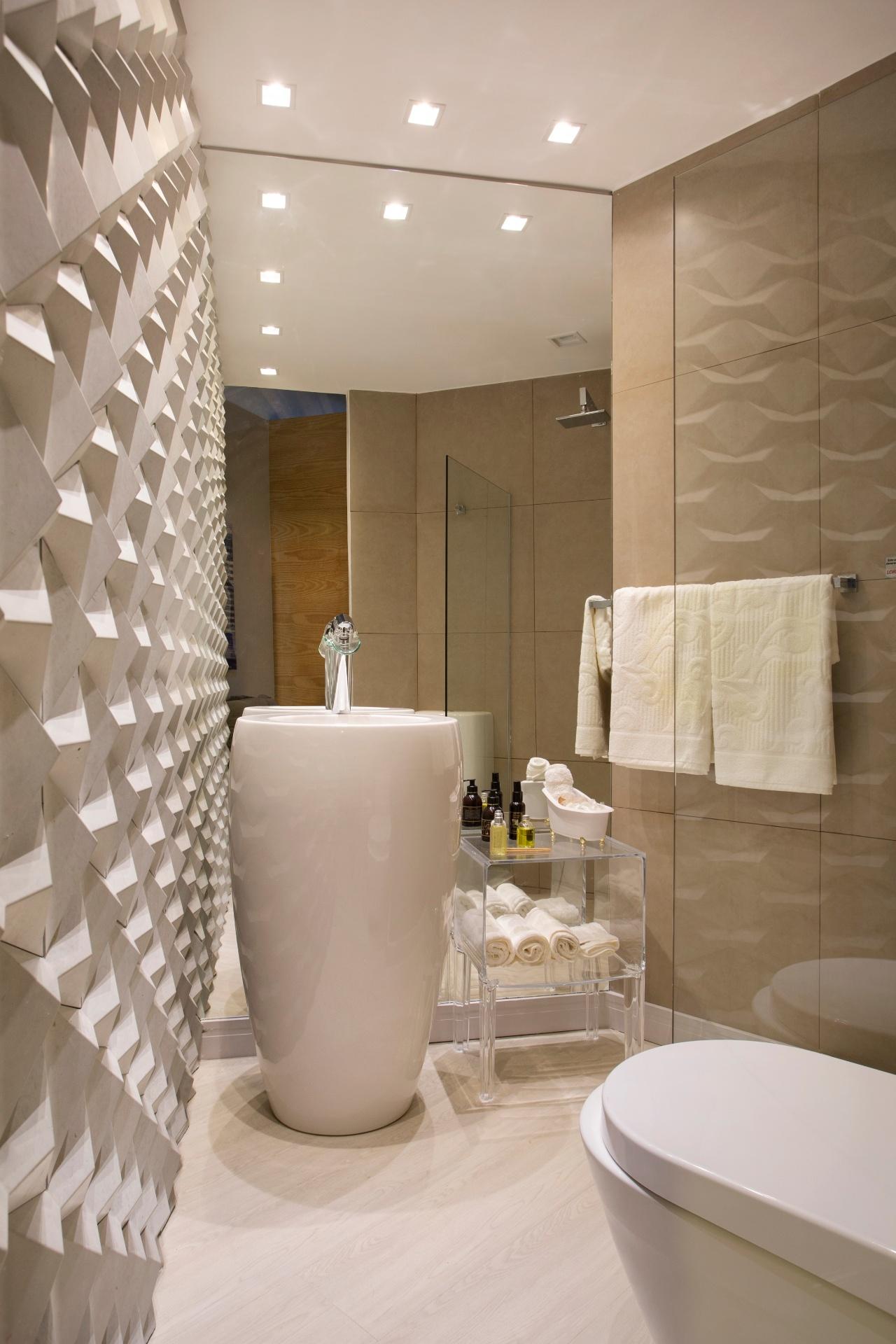 Em banheiros bem pequenos, siga a proposta dos arquitetos Nilton Montarroyos e Estela Pinheiro para o Apartamento do Arquiteto, com apenas 33 m², e invista nos acabamentos claros e em um espelho generoso, para aumentar a sensação de amplitude | O projeto está exposto na Morar Mais por Menos RJ (www.morarmais.com.br) até 2 de novembro de 2015