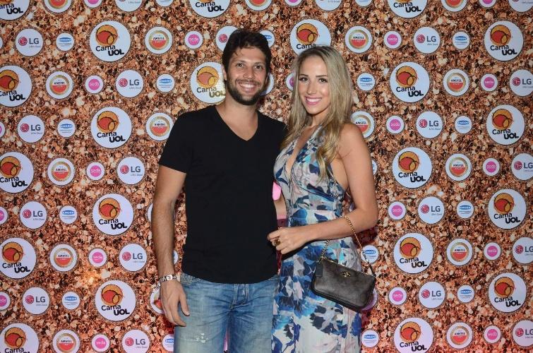 5.fev.2016 - O ator Gustavo Leão leva a namorada, Pamela de Oliveira, para dançar no CarnaUOL RJ
