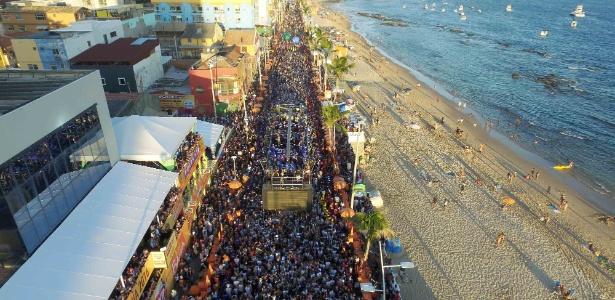Foliões curtem Carnaval na Barra, onde há o maior número de casos de agressão
