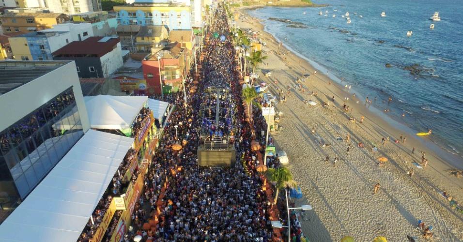 06.fev.2016 - Foliões curtem Carnaval na Barra, em Salvador.