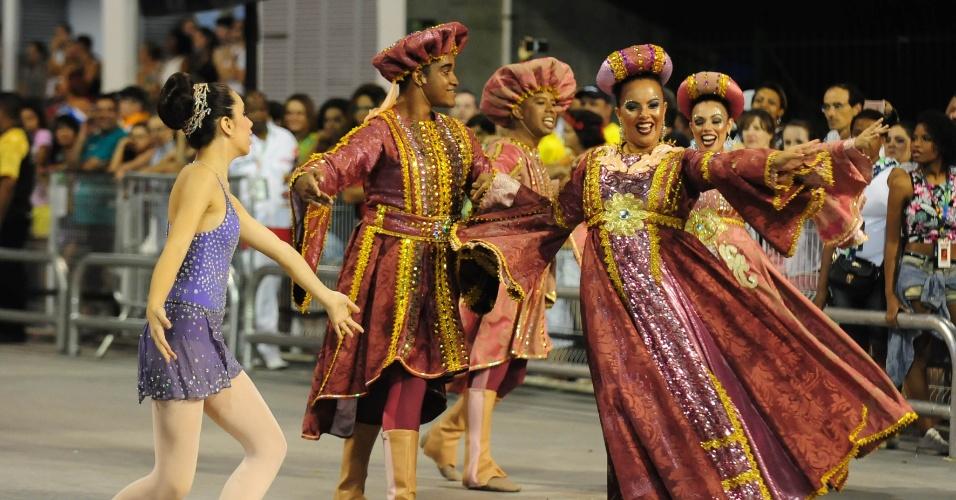 6.fev.2016 - Sophia Celulari (de roxo) desfila pela Nenê de Vila Matilde, que homenageou a mãe dela, Cláudia Raia.