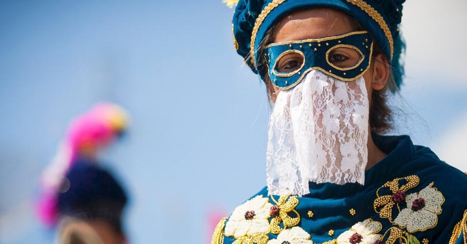 8.jan.2016 - Folião de Bonfim mostra seus adereços para o Carnaval a Cavalo
