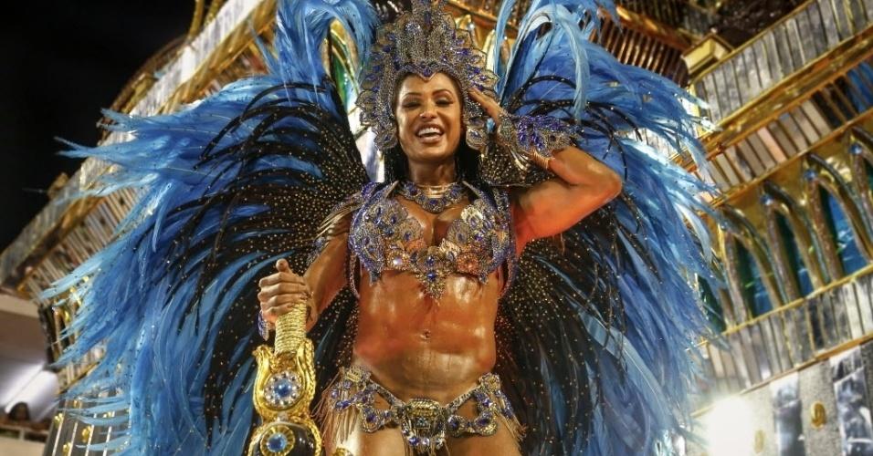 13.fev.2016 - Gracyanne Barbosa é destaque de um dos carros da Portela e chama a atenção com o corpo musculoso