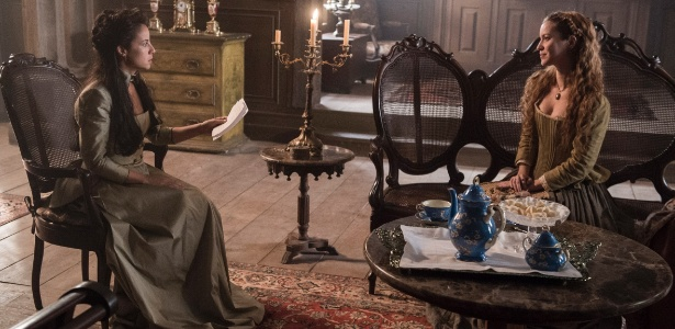 Joaquina (Andreia Horta) recebe o convite de casamento de Branca (Nathalia Dill)  - Estevam Avelar/TV Globo