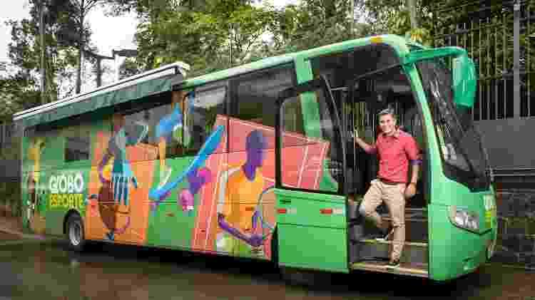 """Ivan Moré no ônibus-estúdio do """"Globo Esporte"""" - Ramon Vasconcelos/Divulgação/TV Globo"""