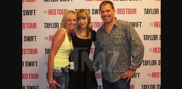 Taylor Swift posa com o radialista David Mueller