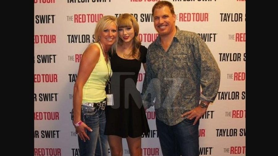 Taylor Swift posa com o radialista David Mueller - TMZ