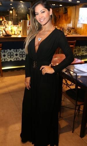 Decotada, Mayra Cardi prestigia jantar com Walcyr Carrasco no Bar de Lisboa, no Leblon, zona sul do Rio