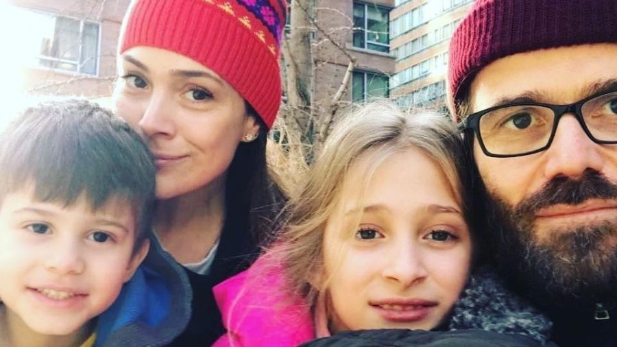 Gabriela Duarte posa ao lado dos filhos e do marido - Reprodução/Instagram/gabidu