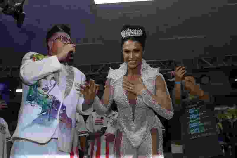 Gracyanne Barbosa foi coroada rainha de bateria da escola de samba União da Ilha do Governador neste sábado (7). Bastante emocionada, a musa fitness recebeu a coroa do carnavalesco Milton Cunha - Anderson Borde/AgNews