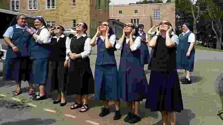 Freiras observam o eclipse do sol - Reprodução/Facebook - Reprodução/Facebook