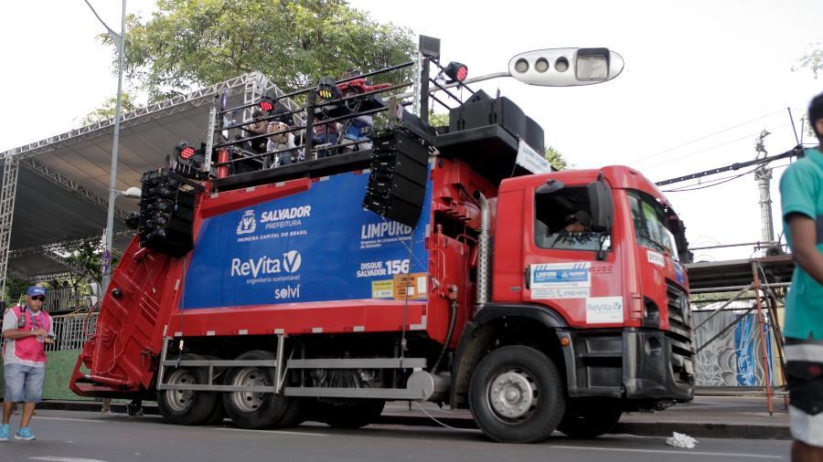 Caminhão de lixo foi modificado e se transformou em trio elétrico - Alisson Louback/UOL