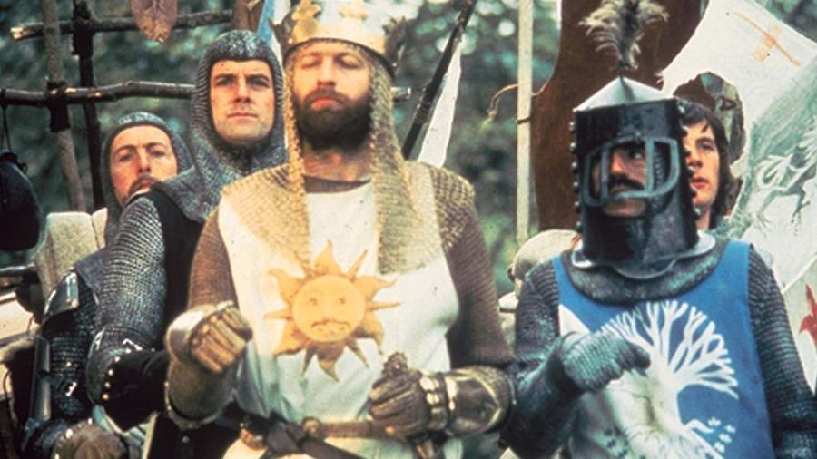 """John Cleese, Graham Chapman, Eric Idle, Terry Jones e Michael Palin em cena de """"Monty Python em Busca do Cálice Sagrado"""" (1975) - Divulgação"""