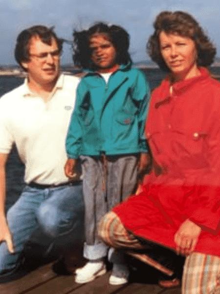 Kiran e os pais adotivos: Apesar de infância descrita como feliz, indiana sentia que faltava algo em sua vida - Kiran Gustafsson
