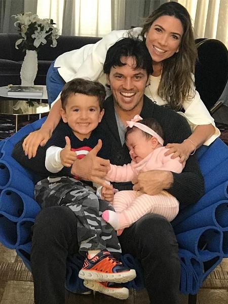 Fábio Faria junto à mulher Patrícia Abravanel e dois de seus três filhos - Reprodução/Instagram