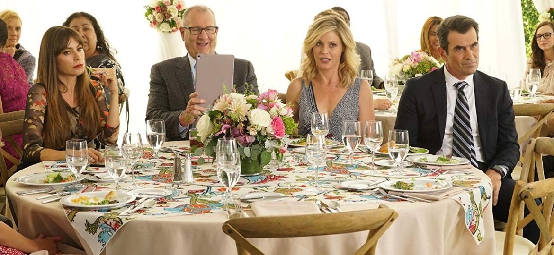 """Gloria (Sofia Vergara), Jay (Ed O""""Neill), Claire (Julie Bowen) e Phil (Ty Burrell) em cena de """"Modern Family"""" - Divulgação"""