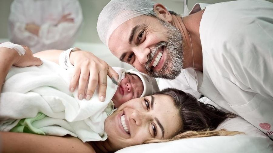 Jacqueline Fernandez e Márcio Kieling com o pequeno Lucas, que nasceu no domingo (24/2) - Amanda Vargas/Divulgação