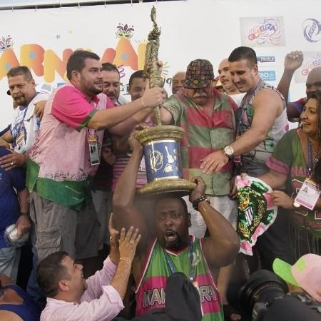 Integrantes da Mangueira erguem troféu de campeã da escola no Carnaval do Rio de Janeiro - Ricardo Borges/UOL