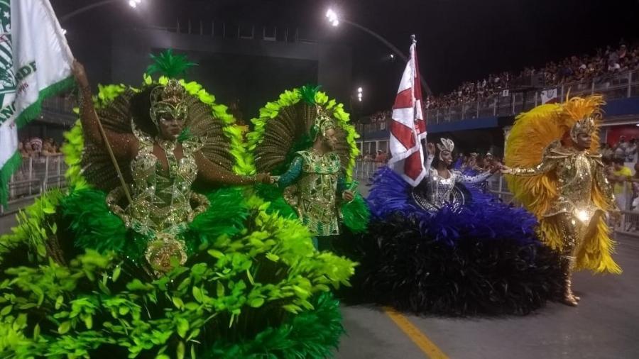 Casais de mestre-sala e porta-bandeira da Mancha Verde e Dragões da Real desfilam juntos no Anhembi - Soraia Gama/UOL