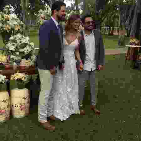Os noivos Sorocaba e Biah posam com o cantor Fernando - Divulgação