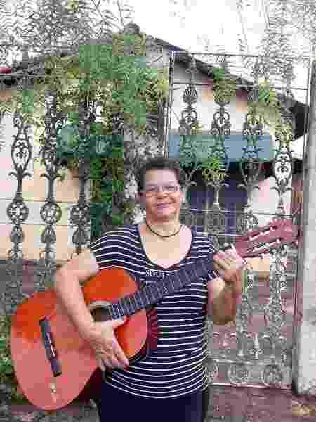 Allice Serafim aprendeu também a tocar violão - Arquivo Pessoal - Arquivo Pessoal