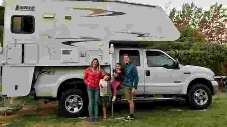 Ana Cristina, Marcos e os filhos Caetano e Teresa, no camping em que estão  - Arquivo pessoal - Arquivo pessoal
