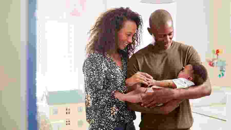 Proposta é unificar as prorrogações das licenças maternidade e paternidade previstas no Programa Empresa Cidadã - Getty Images/iStockphoto