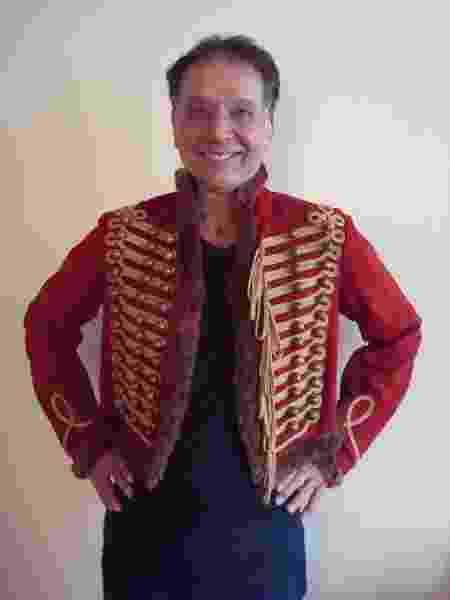 Arnaldo Baptista mostra casaco que será sorteado em rifa  - Arquivo pessoal