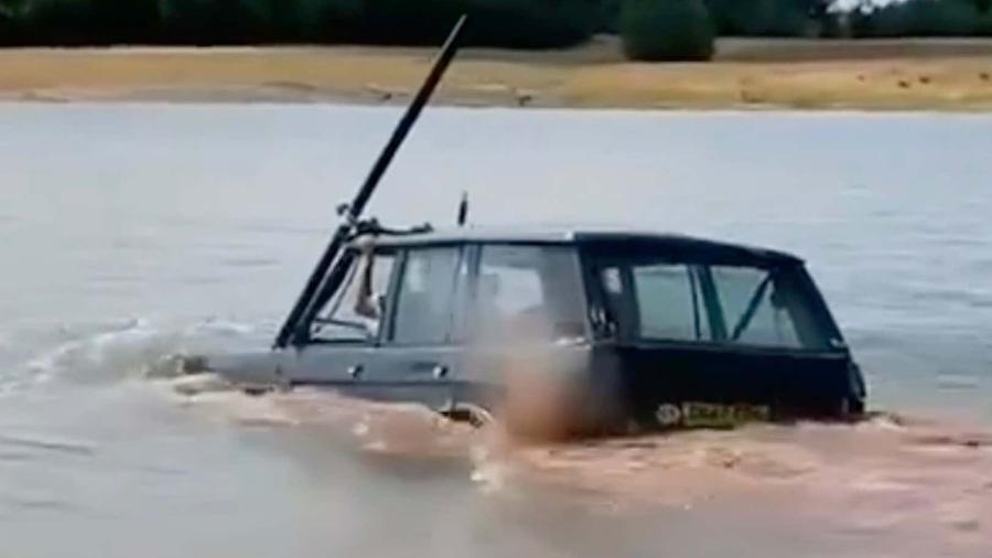 Range Rover fica submersa, mas atravessa água - Reprodução