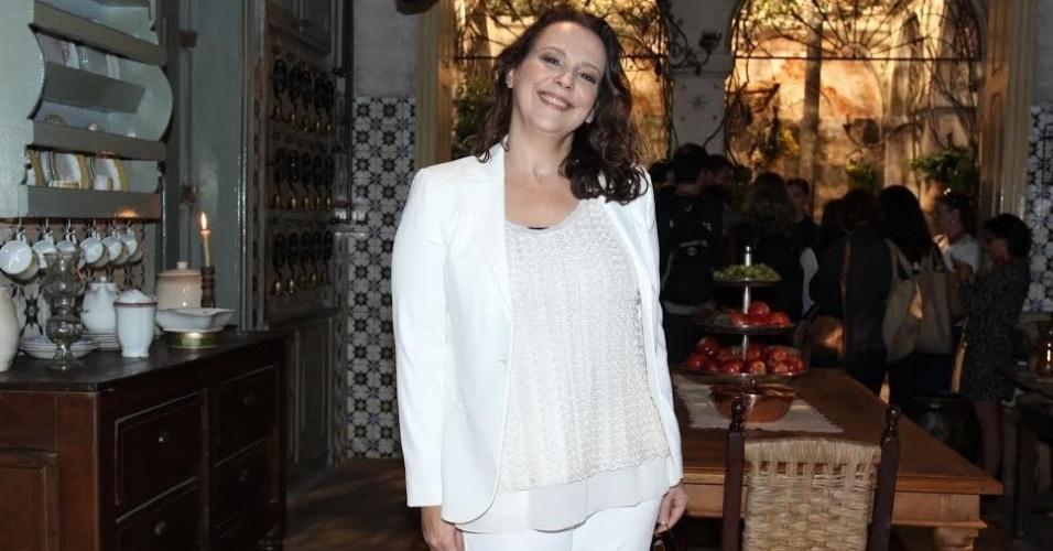 """18.jun.2015 - Ana Beatriz Nogueira posa para fotos na apresentação de """"Além do Tempo"""". Na trama, a atriz será Emília, a mãe batalhadora da protagonista Lívia (Alinne)."""