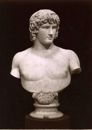 Busto de Antinous, amante do imperador romano Handrian, é uma das obras expostas nos Museus do Vaticano - Domínio Público
