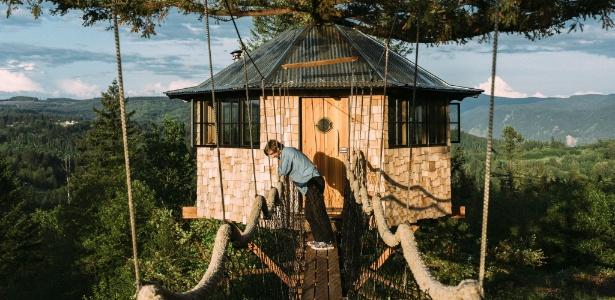 """Foster Huntington posa do lado de fora da """"Octagon"""", uma de suas """"casas na árvore""""  - Kyle Johnson/ The New York Times"""