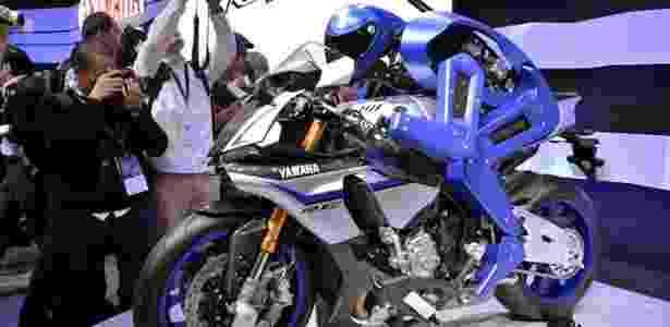 Motobot é humanoide capaz de pilotar a superesportiva R1 a mais de 200 km/h - Yoshikazu Tsuno/AFP
