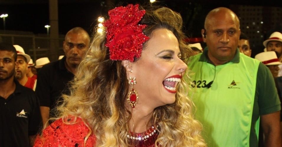 25.jan.2016 - O Salgueiro cruzou a Sapucaí na noite deste domingo (24) para uma prévia do que vai apresentar no Carnaval. A rainha da bateria da escola, Viviane Araújo, brilhou em um imponente figurino vermelho