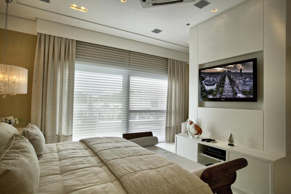 A suíte máster tem cama superking e seus lençóis foram desenhados pela arquiteta de interiores Bianka Mugnatto, que também assina a decoração. O móvel, ao pé da cama, é Armando Cerello e a marcenaria que apoia a TV foi laqueada para resistir à maresia. A casa Acapulco fica no litoral paulista