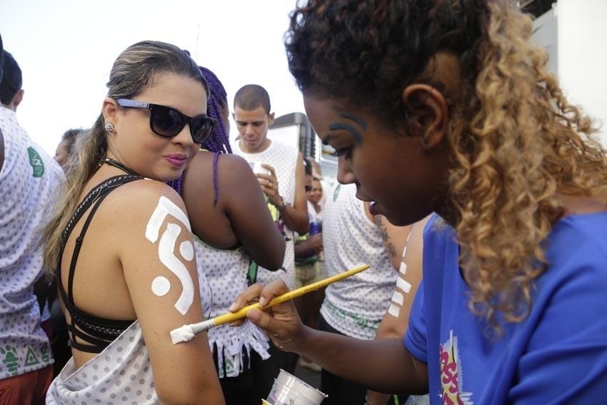 5.fev.2016 - Foliã tem o braço pintado no circuito Barra-Ondina, em Salvador