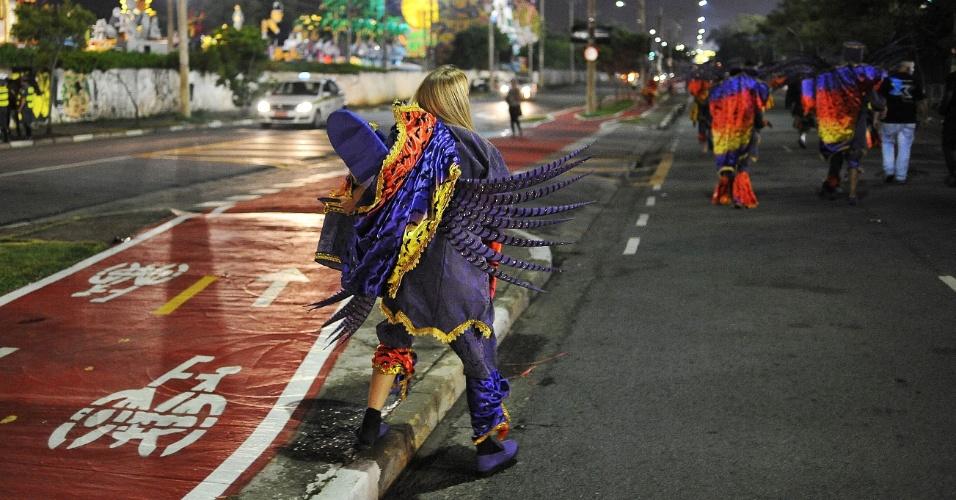 6.fev.2016 - Integrantes de escolas de samba deixam sambódromo do Anhembi, em São Paulo