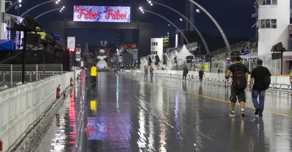 6.jan.2016 - Com pista molhada, Anhembi terá a segunda noite de desfiles das escolas do Grupo Especial; Peruche será a primeira escola a desfilar, às 22h30