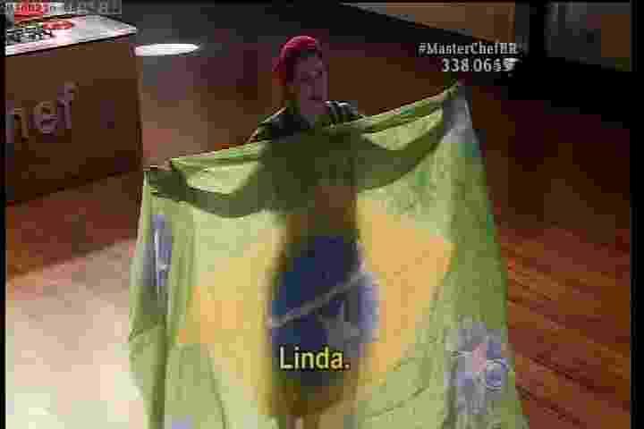 15.mar.2016 - Vanessa abre um véu de dança com a bandeira do Brasil - Reprodução/Band