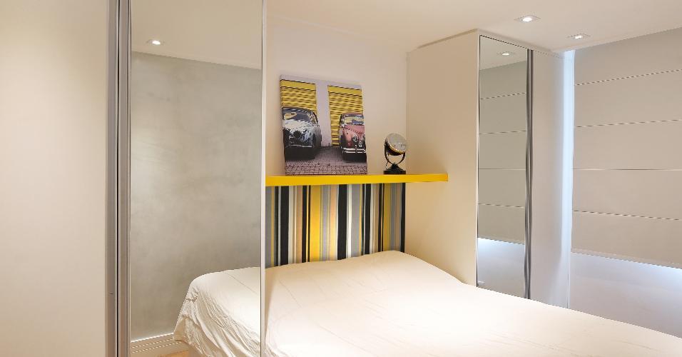 Os armários foram instalados nas laterais da cama, deixando áreas livres para a circulação e resolvendo a falta de espaço. Portas espelhadas ampliam o ambiente íntimo do apartamento Patch 01, na Cantareira, reformado pelo escritório IBD Arquitetura e Interiores