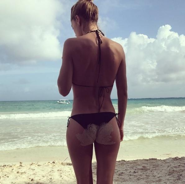 Doutzen Kroes posta belfie suja de areia durante férias
