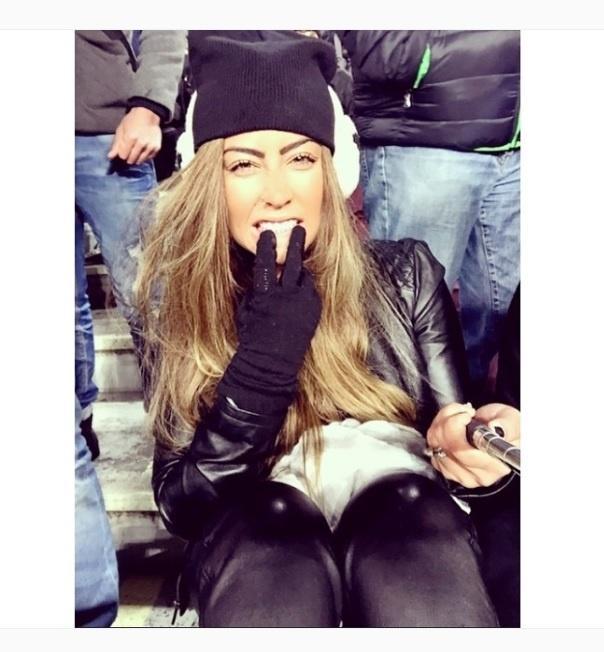 Para enfrentar o frio de Barcelona, a irmã de Neymar, Rafaella, usa luva, touca e jaqueta de couro