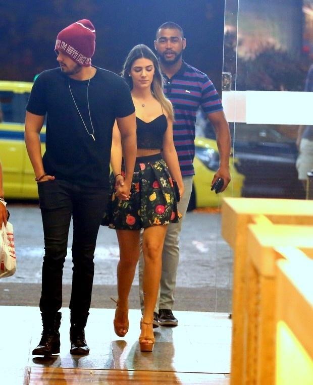 Luan Santana anda de mãos dadas com Jade Magalhães em shopping. Ela usa saia rodada com top cropped